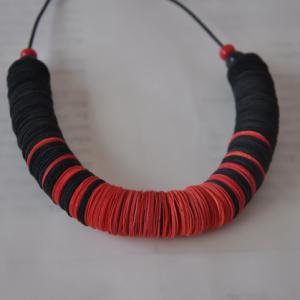 שרשרת_ממוחזרת_בצבעים_שחור_ואדום