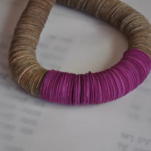שרשרת מקורית לאישה מנייר ממוחזר בשילוב נייר צבעוני סגול